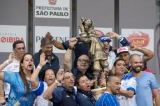 Integrantes da Acadêmicos do Tatuapé comemoram o título de bi campeã do grupo especial do carnaval 2018 de São Paulo, no Sambódromo do Anhembi, nesta terça feira (13).