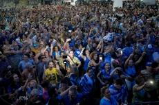 Movimentação na quadra da escola de samba Acadêmicos do Tatuapé durante a comemoração do título de bi campeã do grupo especial do carnaval 2018 de São Paulo, nesta terça feira (13).