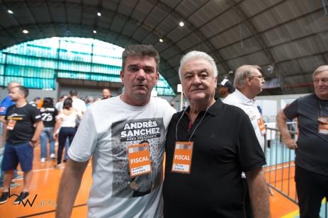 Andrés Sanchez (E) e Paulo Garcia, candidatos à presidência do Corinthians, acompanham a votação, na sede do clube, na zona leste de São Paulo (SP), neste sábado (03).
