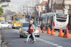 Pedestres atravessam fora da faixa, na Avenida Celso Garcia, na zona leste de São Paulo (SP), nesta segunda feira (23). Desde o dia 21, a via teve sua circulação alterada, com uma faixa aberta aos veículos de passeio em direção ao centro.