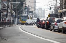Movimentação na Avenida Celso Garcia, na zona leste de São Paulo (SP), nesta segunda feira (23). Desde o dia 21, a via teve sua circulação alterada, com uma faixa aberta aos veículos de passeio em direção ao centro