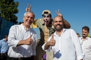 """O secretário Alexandre Schneider (e) e o prefeito Bruno Covas, visitam o CEU Formosa, na zona leste de São Paulo (SP), nesta segunda feira (16), durante o programa """"Recreio nas Férias"""". O programa oferece atividades esportivas e culturais nas escolas municipais durante o período de férias."""