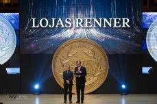 José Gallo (d), Presidente das Lojas Renner, escolhida como a empresa do ano, durante a 45ª edição do prêmio Melhores e Maiores, promovido pela Revista Exame, na Sala São Paulo, região central de São Paulo (SP), na noite desta segunda feira (13).