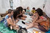 """Ativistas acampadas na Puerta del Sol, no centro de Madrid, Espanha, nesta quarta feira (27). O grupo protesta contra abusos e violência contra mulheres e crianças. Incluem na pauta, o protesto contra o grupo denominado """"La Manada"""" (5 homens que abusaram sexualmente de uma jovem em 2016 e foram soltos pela justiça). © BW PRESS COPYING OR REPRODUCTION PROHIBITED. AVISO: Imagens protegidas pela lei do direito autoral 9.610/98. É proibido o uso ou cópia sem permissão do autor. Sujeito às penalidades legais"""