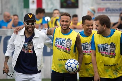 Os jogadores Daniel Alves e Neymar Jr durante a final mundial da terceira edição do Neymar Jr's Five, torneio de futebol do Instituto Projeto Neymar Jr, na Praia Grande, litoral de São Paulo (SP), neste sábado (21). Em dois dias de evento, 59 países disputaram o título do campeonato que nesta edição teve uma categoria exclusiva às mulheres.