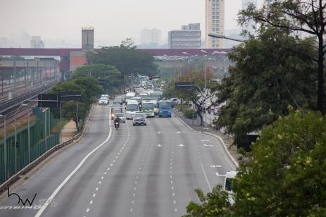 Carreata de Vans escolares na Av. Radial Leste, no bairro do Tatuapé, zona leste de São Paulo (SP), nesta segue da feira (28). Apenas uma faixa estava liberada para a passagem de veículos.