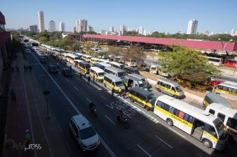 Motoristas de Vans escolares ocupam parcialmente a Av. Radial Leste, na altura do Metrô Carrão, no bairro do Tatuapé, zona leste de São Paulo (SP), no início da tarde desta segunda feira (28).
