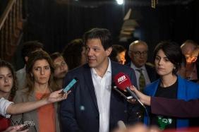 Fernando Haddad, candidato a Presidente da República e Manuela D'Avila, candidata a vice pelo PT, se encontram com estudantes do PROUNI, na Cia. Pessoal do Faroeste, no centro de São Paulo (SP), nesta quarta feira (12).