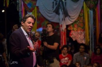 Fernando Haddad, candidato a Presidente da República pelo PT, se encontra com estudantes do PROUNI, na Cia. Pessoal do Faroeste, no centro de São Paulo (SP), nesta quarta feira (12).