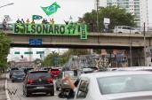 Apoiadores de Jair Bolsonaro (PSL) exibem faixas em apoio ao candidato em um viaduto sobre a Av. Radial Leste, no bairro do Tatuapé, zona leste de São Paulo (SP), neste sábado (06). © BW PRESS COPYING OR REPRODUCTION PROHIBITED. AVISO: Imagens protegidas pela lei do direito autoral 9.610/98. É proibido o uso ou cópia sem permissão do autor. Sujeito às penalidades legais.