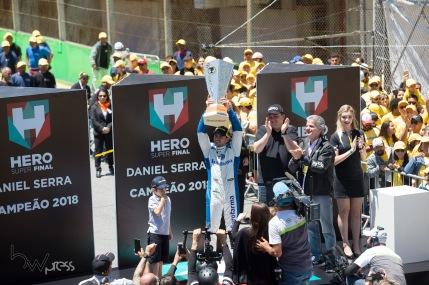 O piloto Daniel Serra comemora o bi campeonato durante a prova de encerramento da temporada 2018 da Stock Car, no Autódromo Internacional José Carlos Pace - Interlagos, na zona sul de São Paulo (SP) neste domingo (09).