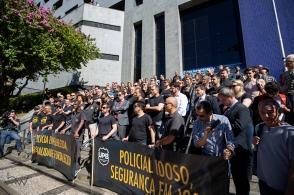 Trabalhadores das polícias Civil, Federal e Rodoviária Federal fazem ato contra a reforma da previdência, na sede da Polícia Federal em São Paulo, nesta terça feira (25).