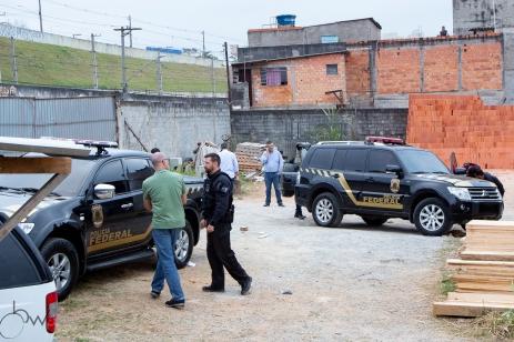 Policiais examinam as falsas viaturas da Polícia Federal, que foram usadas no roubo de cerca de 750 KG de ouro, no terminal de cargas do Aeroporto de Cumbica, em São Paulo, nesta quinta feira (25). Paulo Lopes @BWPressFoto COPYING OR REPRODUCTION PROHIBITED. Proibido o uso ou cópia sem permissão do autor. #policia #ouro #cumbica #roubo #federal #aeroporto #crime #assalto #veja #istoe #afp #afpphoto #zuma #dpa #reuters #getty #epa #photojournalism #press #arfocsp
