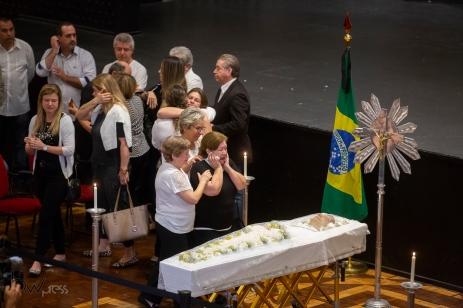 Velório do cantor Roberto Leal, na Casa de Portugal, região central de São Paulo (SP), nesta segunda feira (16). O cantor tinha 67 anos e morreu no último domingo, vítima de um melanoma. PAULO LOPES @BWPressFoto COPYING OR REPRODUCTION PROHIBITED. É proibido o uso ou cópia sem permissão do autor. #agenciaoglobo #agenciaestado #istoé #afp #afpphoto #veja #vejasp #estadão #folhapress #getty #zuma #shutterstock #dpa #bwpress #europapress #anpfoto #arfocsp #velorio #robertoleal #morte #enterro #cantor #portugal #cancer #melanoma #fado
