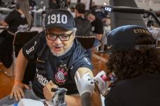 Evento no Parque São Jorge, zona leste de São Paulo (SP), neste sábado (28), onde 35 tatuadores tentam bater o recorde mundial de tatuagem de escudo de clube. Organizado pelo Corinthians e pela Tattoo Week, a meta é tatuar o logo CP em 3.000 torcedores em 24 horas e vencer a torcida do River Plate, da Argentina, com 2830 tatuados. PAULO LOPES @BWPressFoto COPYING OR REPRODUCTION PROHIBITED. É proibido o uso ou cópia sem permissão do autor. #agenciaoglobo #agenciaestado #istoé #afp #afpphoto #veja #vejasp #estadão #folhapress #getty #zuma #shutterstock #dpa #bwpress #europapress #anpfoto #arfocsp #tattoo #corinthians #timão #fiel #guiness #recorde #tatuagem #torcedor #torcida